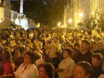 Plné Masarykovo náměstí sleduje koncert Žlutého psa