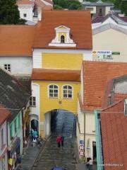 Hradecká brána z třeboňské věže. Tato brána zavírá východní okraj náměstí u Zlaté stoky.