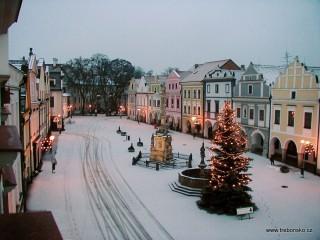 Zimní pohled na Masarykovo náměstí z věže Staré radnice.