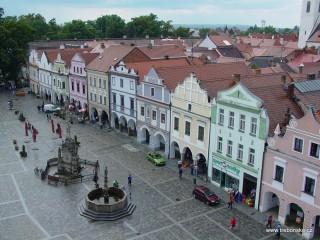 Třeboňské náměstí z věže radnice. Uprostřed stojí mariánský sloup a renezanční kašna.