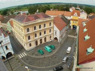Pohled z věže na tzv. novou radnici. Budova byla původně občanská záložna vystavěná v roce 1872.
