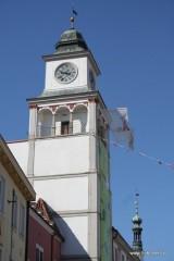 Třicet metrů vysoká věž z roku 1638 s ochozem  a cibulovitou střechou je součástí staré radnice.