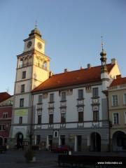 Pohled na renesanční radnici s více jak 30 m vysokou věží na jižní straně třeboňského náměstí.