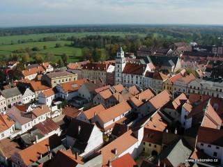 Třeboň z věže kostela. Dominantou náměstí je renesanční radnice s věží z roku 1562.