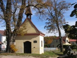 U kaple stál do roku 2014 mohutný strom