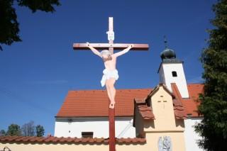 Nový kříž před kostelem