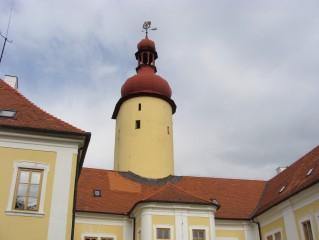 Z hradu zachovaná válcová věž s břitem