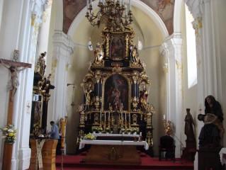 Kostel Navštívení Panny Marie, vpravo Pieta