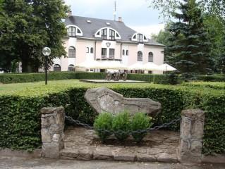 Kámen republiky před hotelem Peršlák