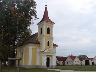 Kostel na návsi, zasvěcený sv. Janu Nepomuckému