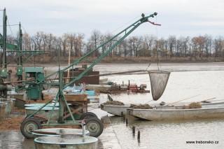 Pohled na kádiště, nářadí a mechanismy připravené k výlovu rybníka Svět.