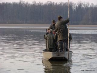 Časné ráno: třeboňští rybáři vyráží na výlov rybníka Svět.