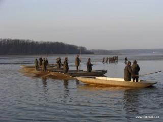 ...a začíná zátah, při kterém rybáři soustřeďují ryby v síti do menšího prostoru.