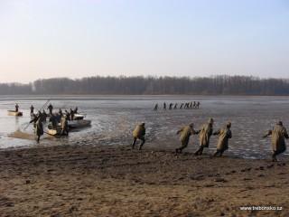 Dle rybářské hantýrky na jedné straně táhnou nevod, tedy rybářskou síť, pěšáci a na druhé hajní.