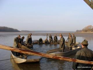 Následuje propláchnutí ryb i sítí od bahna, tzv. zjádření sakoviny. Zároveň rybáři síť přitahují ke kádišti.