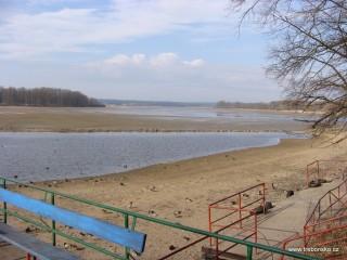 Vypuštěný rybník Svět v době jarního výlovu; foceno z přístaviště.