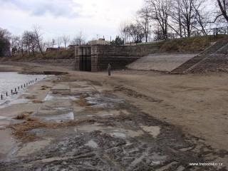 31. 3. 2011: rybník Svět bezprostřeně po výlovu; pohled ze dna Světa na vazbu a hráz.