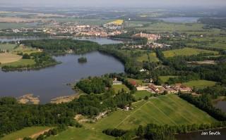 Opatovický rybník a za ním Svět s Třeboní