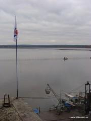 Plot na Dvořišti zamezující úniku ryb z loviště.