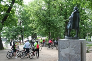 Cyklisté na hrázi Světa