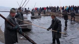 Třeboňští rybáři v akci a mnozí diváci ve střehu (s foťákem)