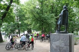 Cyklisté na hrázi rybníka Svět