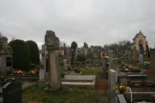 Žulové sloupky na lutovském hřbitově