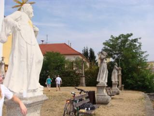 Sochy před kostelem