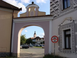 Kostel Povýšení sv. Kříže - pohled z náměstí