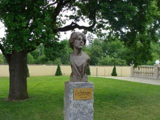 Pomník Emy Destinové v parku strážského zámku