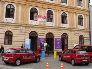 2015: Budova Staré radnice nabídla své prostory potřebám festivalu; hned u vchodu fungovalo Akreditační středisko