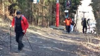 Chodci s trekkingovými holemi