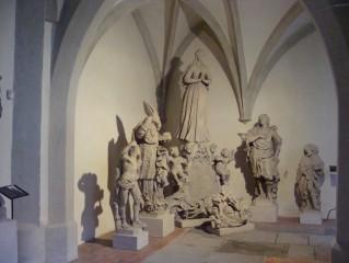 Sochy v křížové chodbě