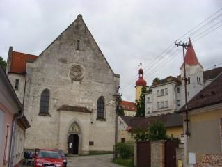 Kostel ve Stráži, v pozadí věž zámku a radnice
