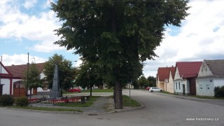 Náves v Břilicích, vpravo cesta na Rožmberk