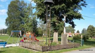 Křížek, zvonice a dětské hřiště v Nové Hlíně