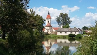 Kostel přes zátoku Dvořiště