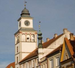 Detail věže staré radnice, pod níž je vstupní brána do divadla
