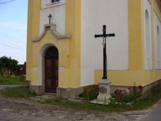 Kříž u vchodu do kostela