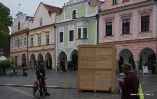 Moderátoři v bedně na Masarykově náměstí