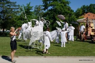Herci divadla Kvelb v parku u Bertiných lázní