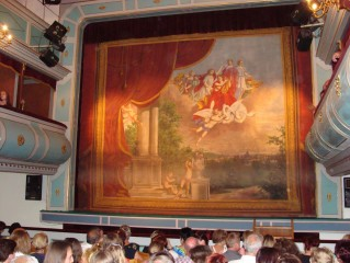 Opona v Divadle J. K. Tyla