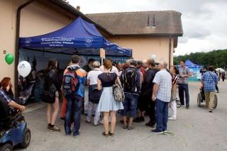studenti místní rybářské školy předvádí filetování kapra