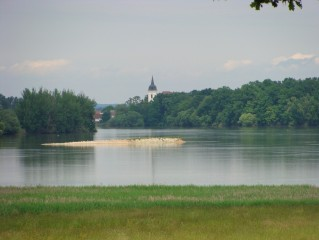 Bošilecký rybník s věží Bošileckého kostela sv. Martina