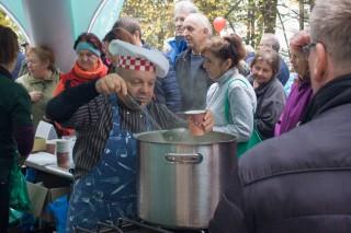 Na výlovu nechybí  Petr Stupka; uvařil skvělou rybí polévku!