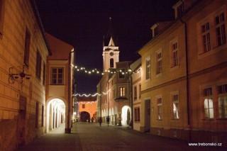 Pohled na věž kostela P. M. Královny a sv. Jiljí z Březanovy ulice