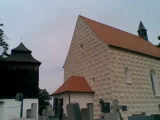U kostela stojí cenná zvonice