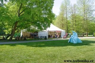Festivalový stan na zámecké zahradě