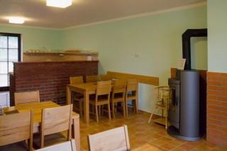 V každé sekci samostatná společenská místnost s kompletně vybavenou kuchyní.
