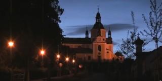 Křížová cesta a kostel v noci